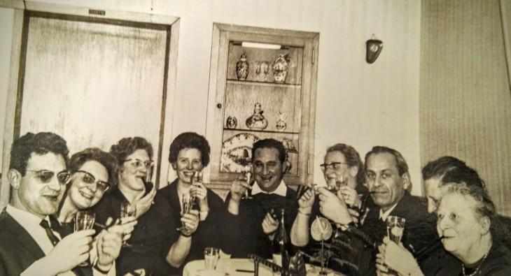 Sekt und Pfeifen: Familienfeier am Stammtisch, Magdalene und Hubert Lanzerath (Bildmitte)