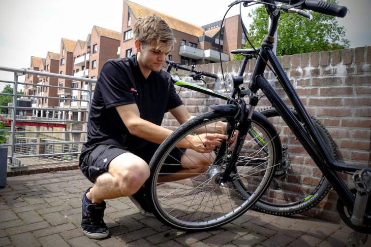 Ein talentierter Mitarbeiter des Fahrradhauses Daute (welches die Aktion Stadtradeln unter anderem durch Herausgabe von Tachos großzügig unterstützt) macht das Fahrrad der Bürgermeisterin noch verkehrssicherer