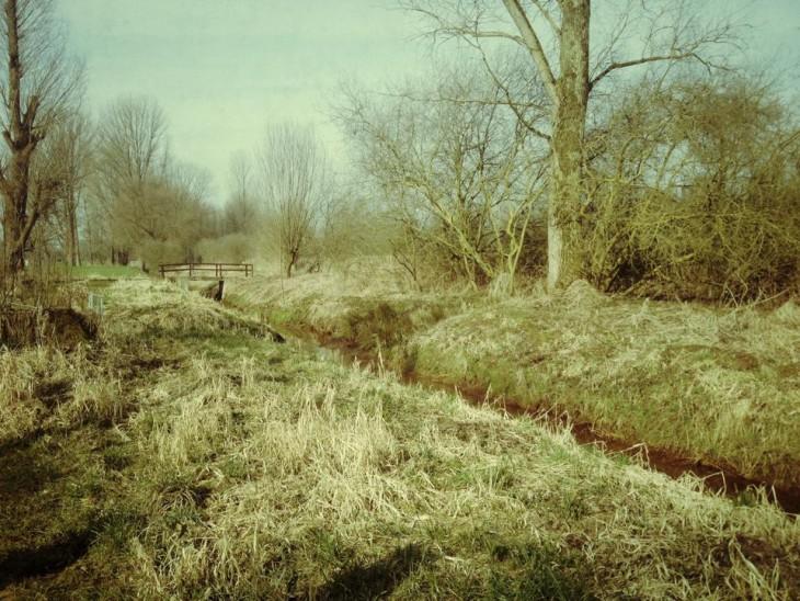 Blasse Farben, tiefe Gräben, ferne Brücken: Lower Rhine Department (Foto © M. Cox)