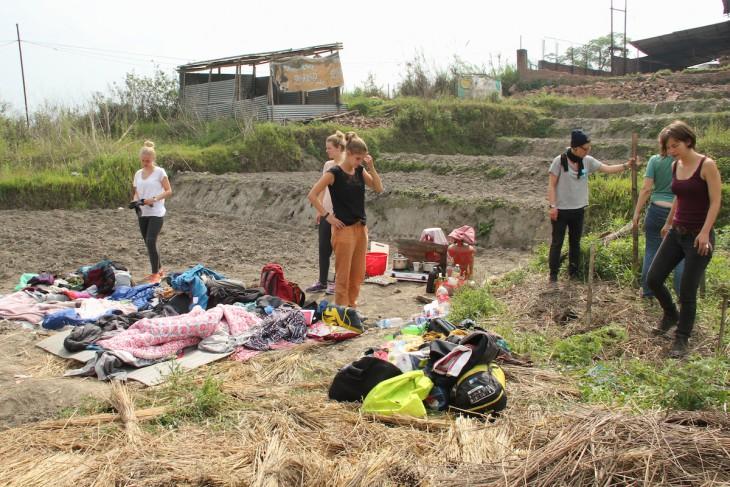 Schlafstatt im Freien: Linda Tervoort (l.) und andere Freiwillige am improvisierten Nachtlager auf einem Feld (Foto: privat)