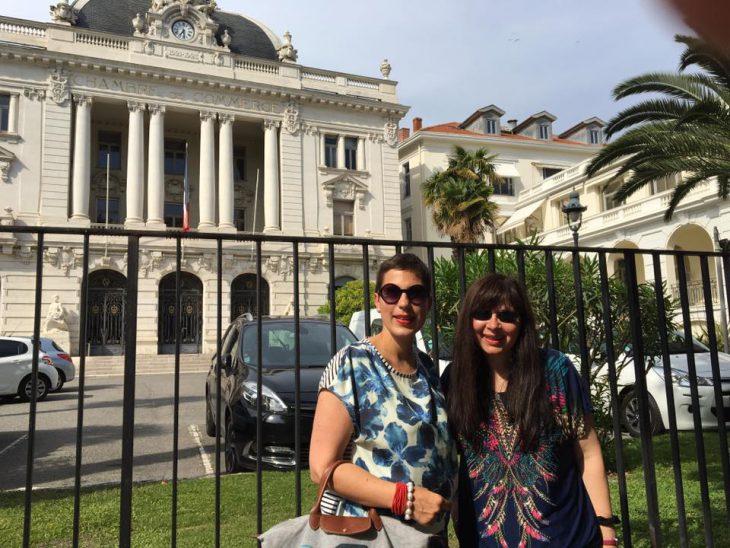 Vor zwei Wochen: Nina Kiesow und Susanne Rexing vor dem Gebäude der IHK in Nizza