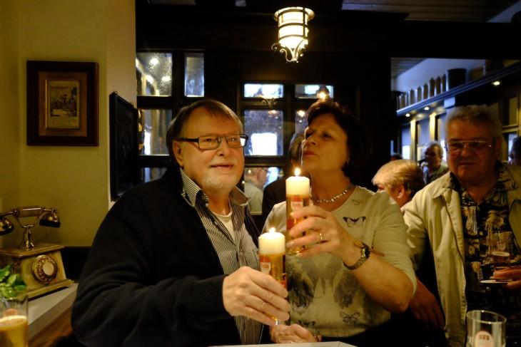 Kölsch oder Kerze, das ist hier die Frage: Norbert und Christa Feldkamp stoßen auf 20 Jahre Früh in Kleve an