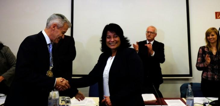 Gratulation nach geleistetem Schwur: Vize-Bürgermeister Joachim Schmidt, Bürgermeisterin Sonja Northing