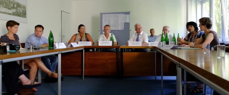 ernste Gesichter in der Pressekonferenz: Katrin Berns, Thomas Mutz, Bettina Keysers, Jürgen Rauer, Theo Brauer, Willibrord Haas, Sonja Northing, Annette Wier