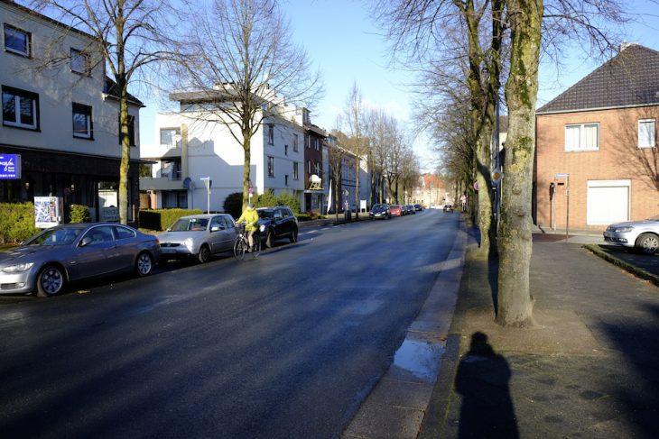 Einsame Radlerin auf Hauptverkehrsader: Ringstraße im Winter