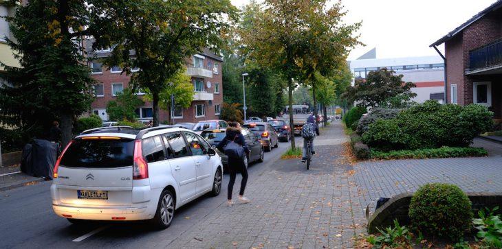 Kleve, 7:50 Uhr. Autos stauen sich auf der Römerstraße, motorisierte Menschen auf dem Weg zur Arbeit. In den Autos hört man z. B. Antenne Niederrhein. Vielleicht läuft gerade ein Beitrag über Kleve als fahrradfreundliche Stadt.
