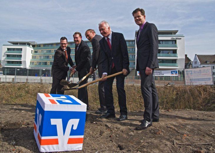 Eine gewisse Nähe war schon immer da: Frank Ruffing und Theo Brauer beim Spatenstich für die neue Volksbank-Zentrale am Spoykanal (Foto: siehe Hinweis am Textende)