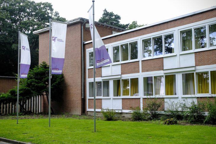 Reifeprüfung: Fähnlein im Wind vor Haus 51 in der Landesklinik Bedburg-Hau