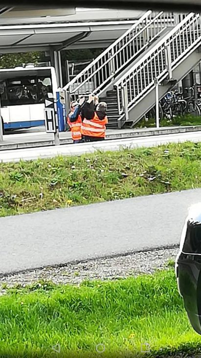 Sackarbeiten: Bahnmitarbeiter stülpen eine schwarze Hülle über das Haltesignal (Foto: Stephan Haupt)