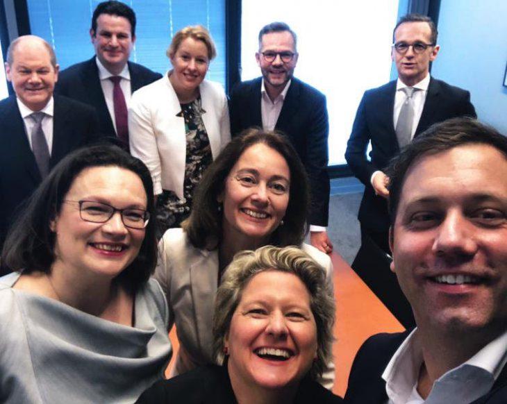 Macht macht Spaß: Neue SPD-Minister beim Selfie-Fun, unten in der Mitte Hendricks-Nachfolgerin Svenja Schulze