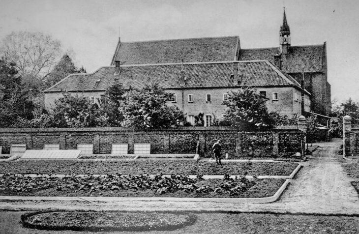 Gepflegte Beete im Klostergarten