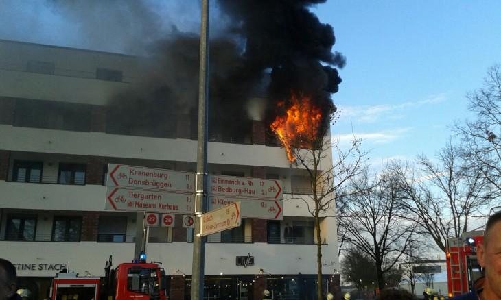 Meterhohe Flammen im Obergeschoss
