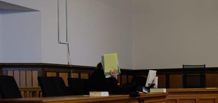 Verbirgt sein Gesicht hinter Prozessakten: Guido D., Tätowierer