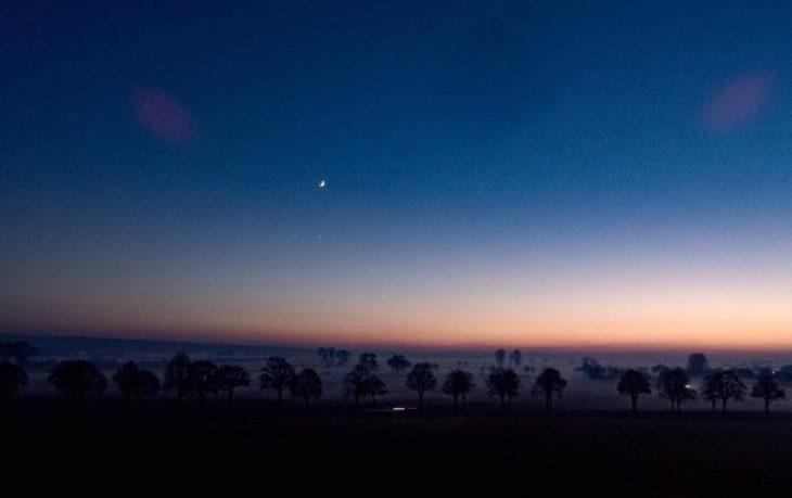 Abendhimmel mit Mond und Abendstern