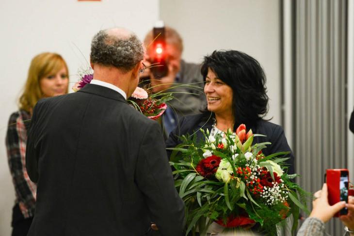 Blumen auch von der CDU, überreicht vom Fraktionschef Wolfgang Gebing (Foto © Thorsten Barthel)