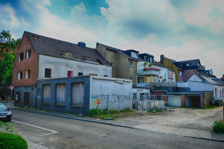 Idyllisches Hinterhofszenario an der Thaerstraße – doch die Anwohner der Hoffmannallee fürchten um den Zugang zu ihren Stellplätzen