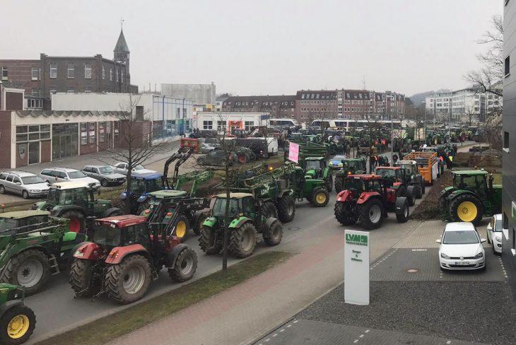 Trecker-Protest gegen Ministeriums-Kampagne: die Wiesenstraße heute vormittag (Foto: Thomas Tewoort)