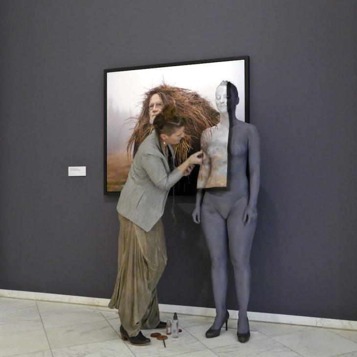 Ist der weibliche Körper hier nicht nur ein Objekt? Eine Projektionsfläche für was eigentlich? Für eine ganz merkwürdige Frisur eines Mannes? Die moderne Kunst wirft viele Fragen auf (Foto: Udo Kleinendonk)