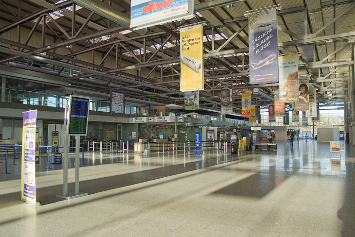 Weniger Flüge, weniger Passagiere: Blick ins Terminal des Flughafens Weeze (Fotos © Udo Kleinendonk)