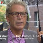 Kandidat im Regen? Aber auch die anderen Aspiranten wurden interviewt, während es prasselte... (Screenshot: WDR-Lokalzeit)