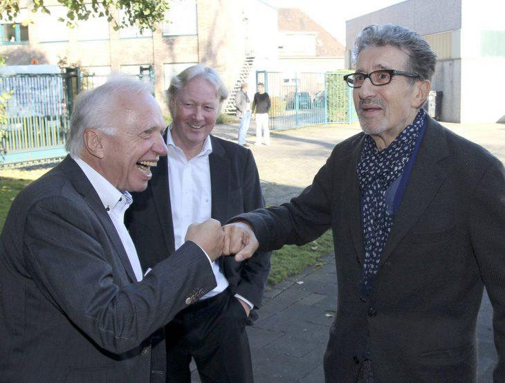 Vereint im Getto-Gruß: Theo Brauer und Rolf Zacher (Foto: Olaf Plotke/Kurier am Sonntag)
